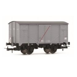 ELECTROTREN 19027. H0 Vagón J cerrado gris con raya transversal.