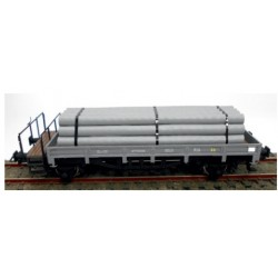 KTRIAN 0716-G. H0 Vagón borde bajo gris claro, con carga de tubos.